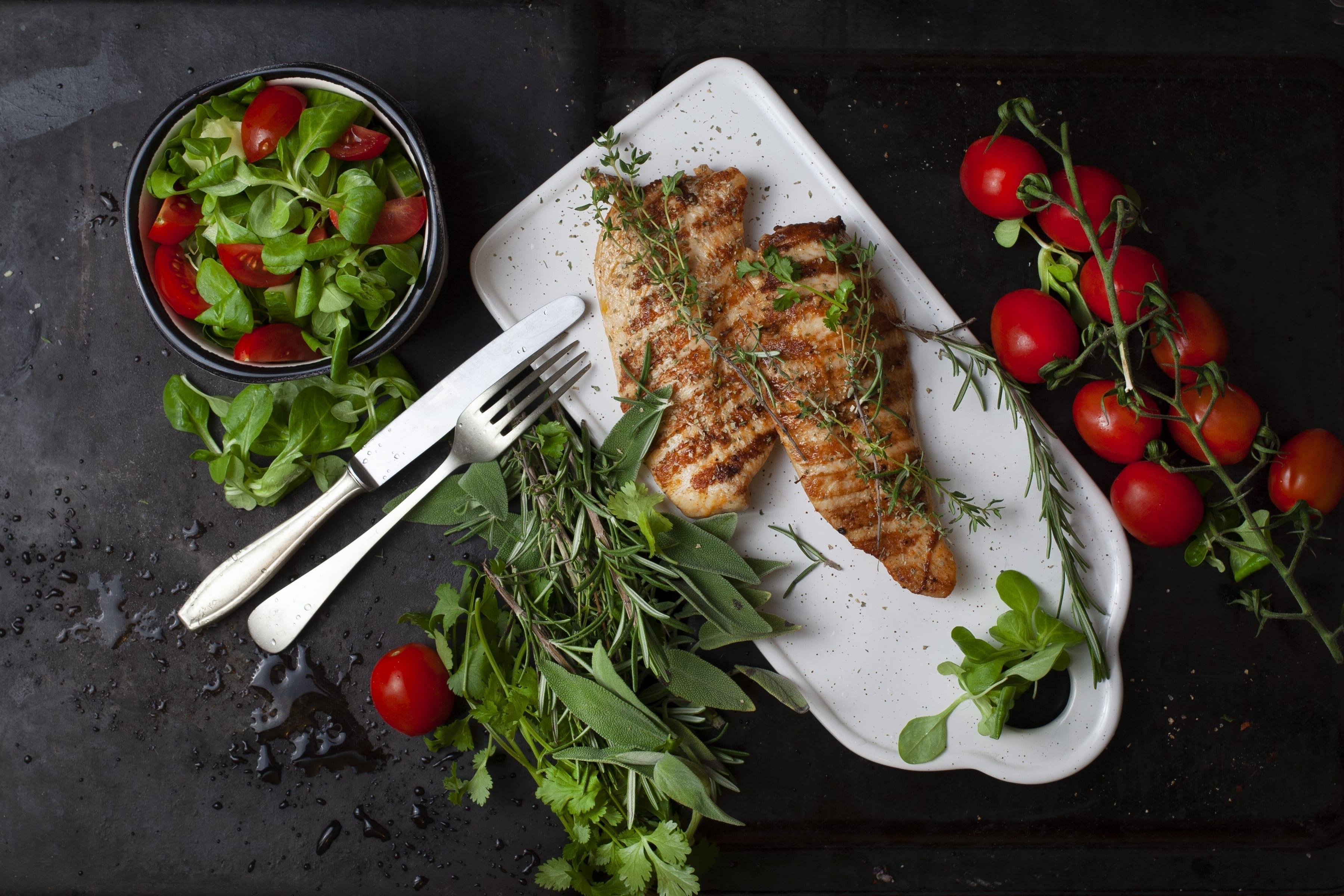 Urtekrydret kyllingefilet med grøn salat og græskarkerner