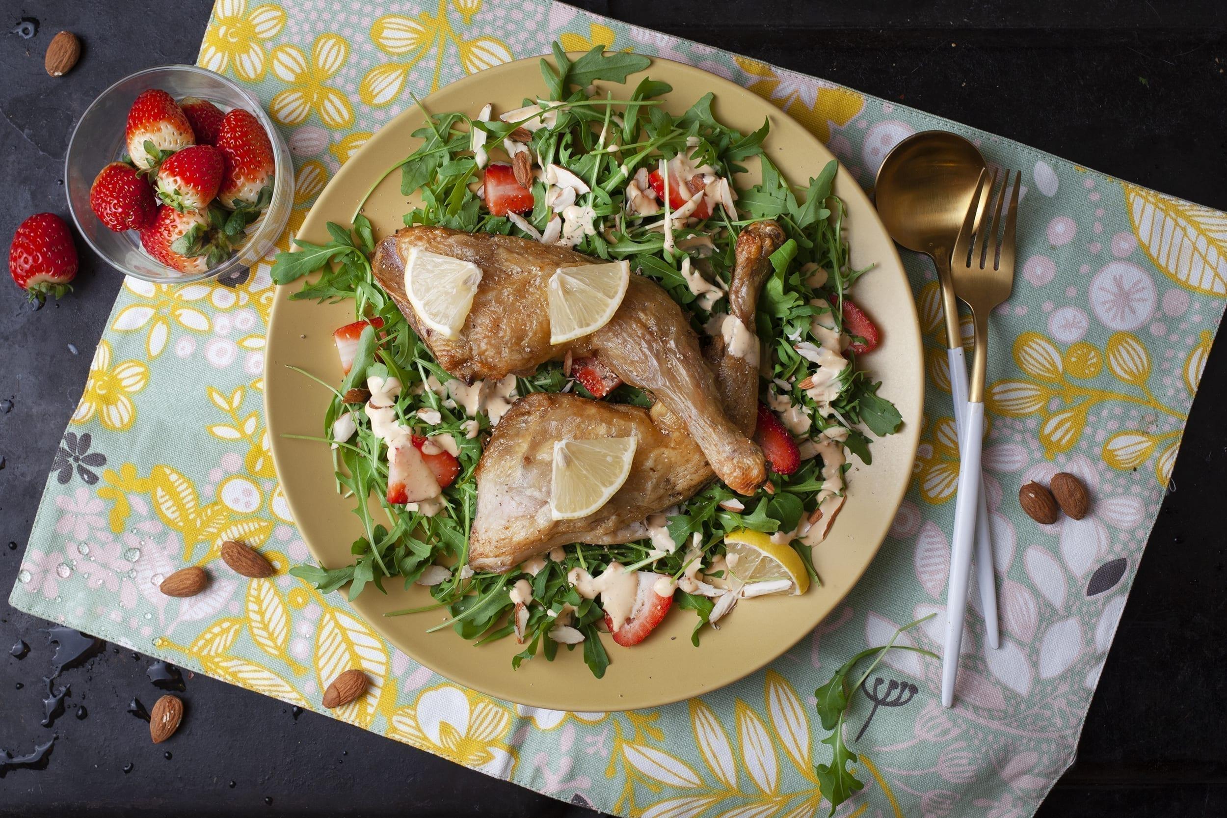 Andelår på rucolasalat med jordbær