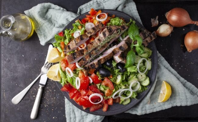 Ketoliv Grillet svinecuvette på middelhavsinspireret salatbund overview