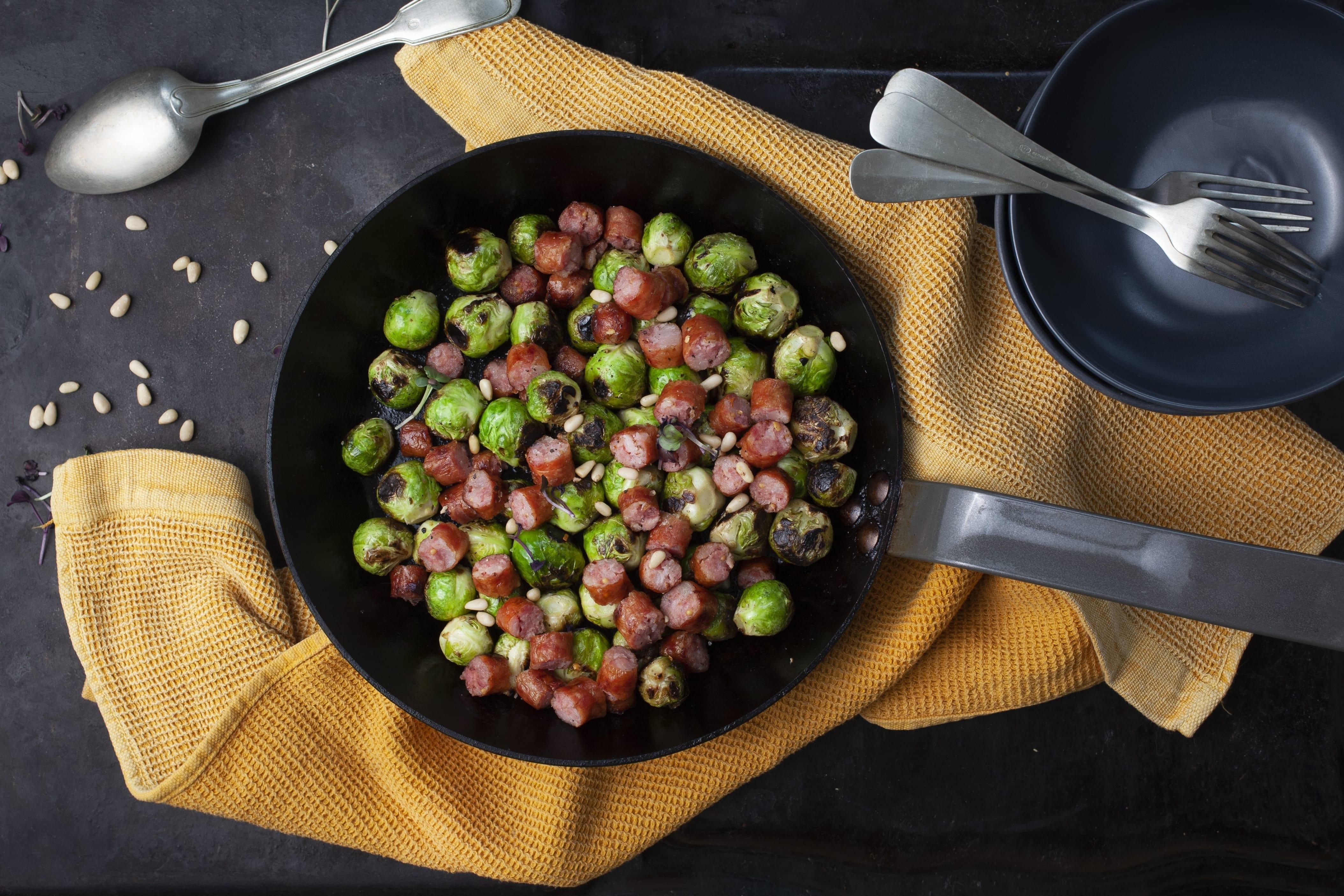 Simpel pølseret med rosenkål, toppet med pinjekerner
