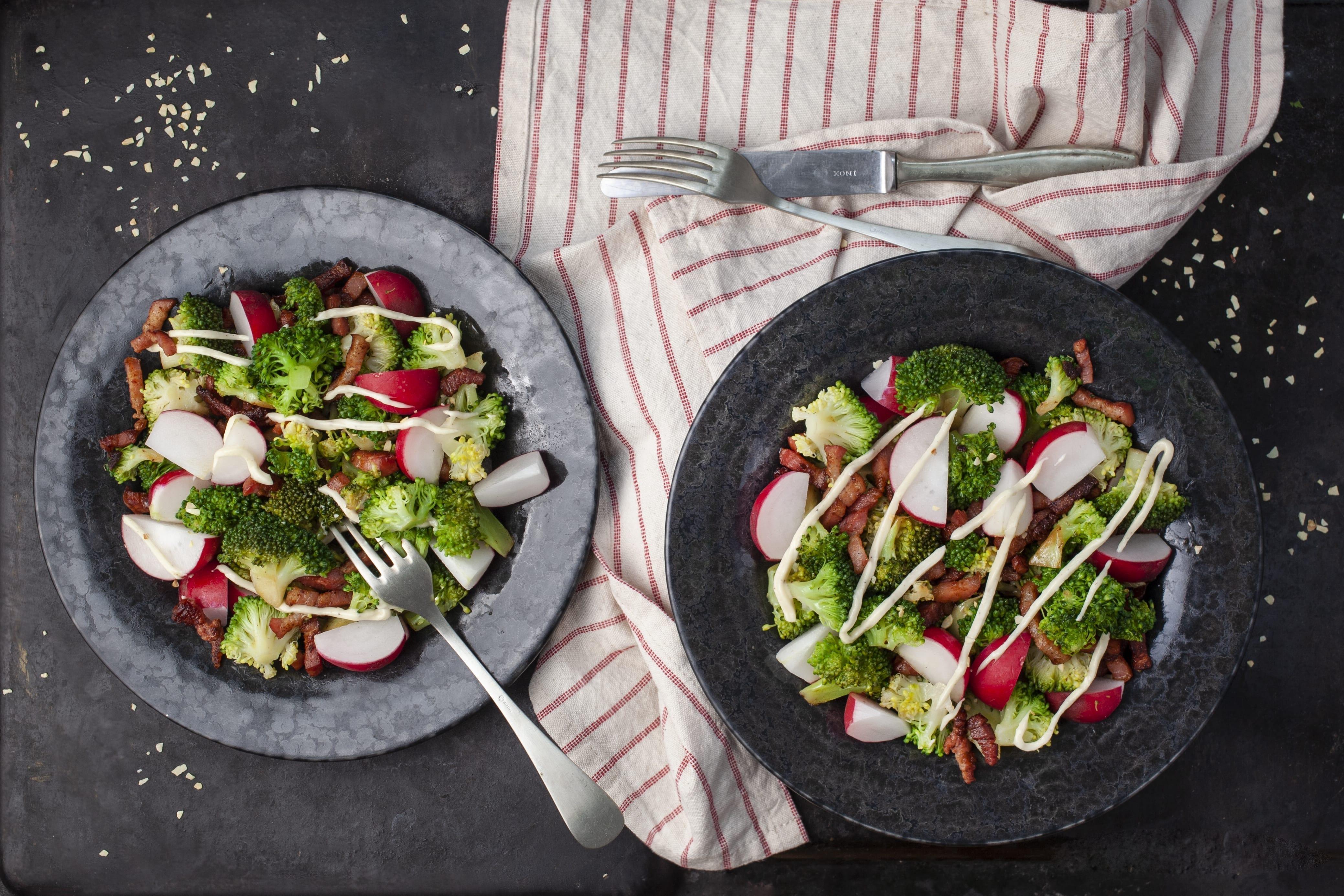 Varm broccolisalat med bacon og solsikkekerner