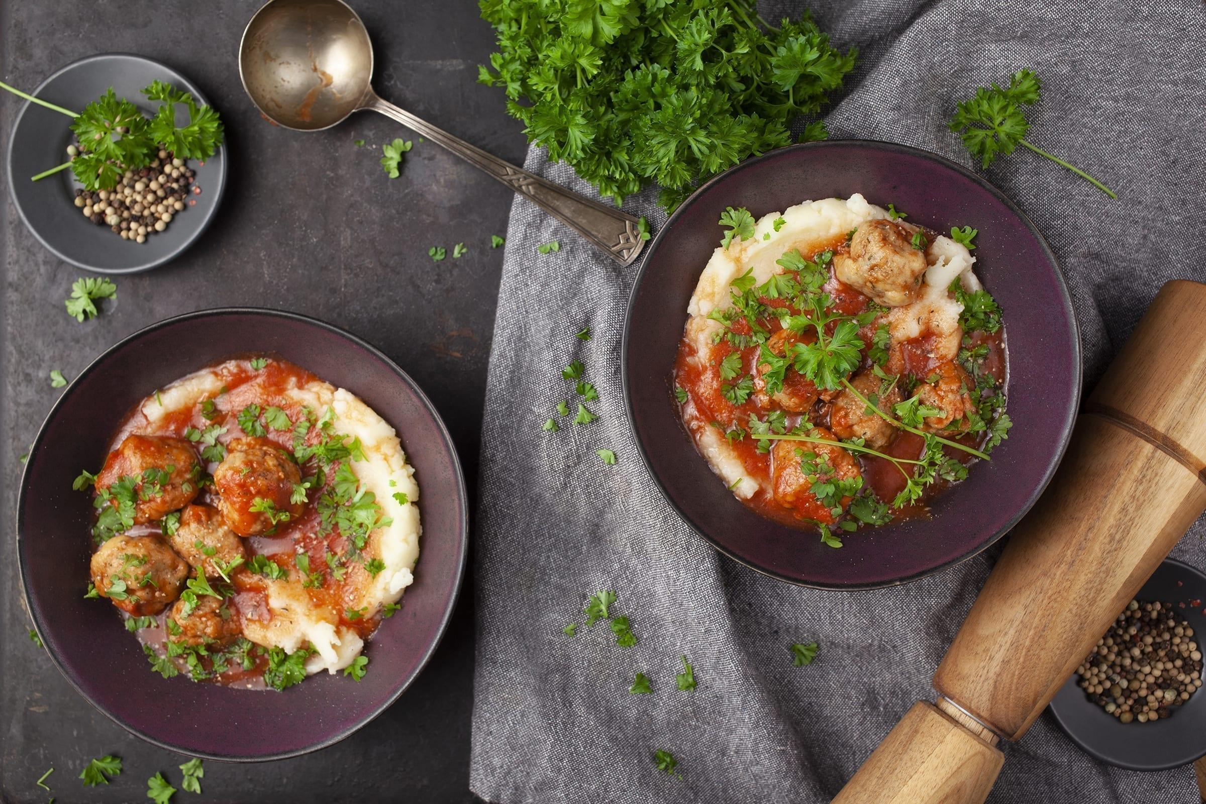 Blomkålsmos med krydrede kødboller i tomatsauce