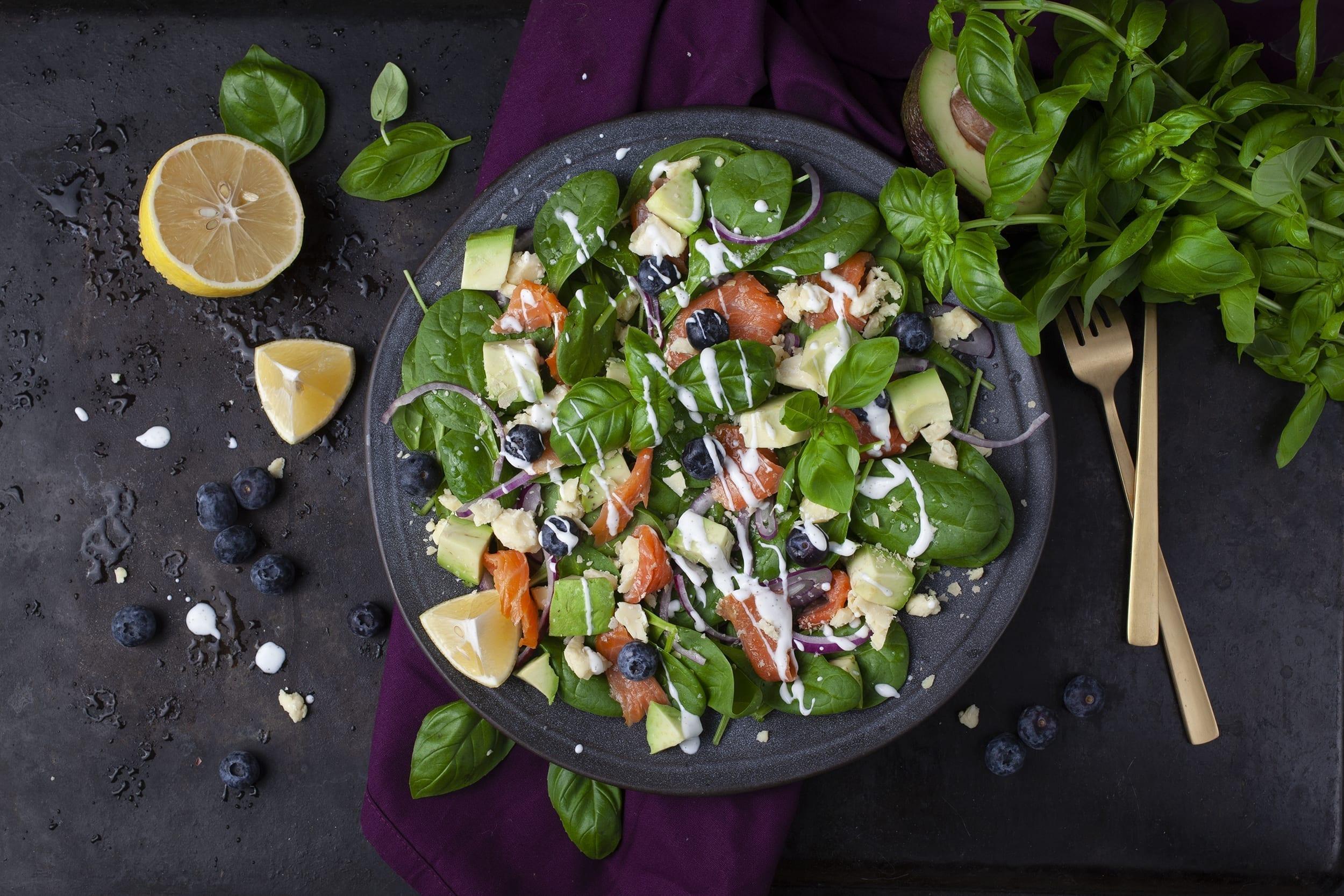 Gravad laks med avocado og blåbær