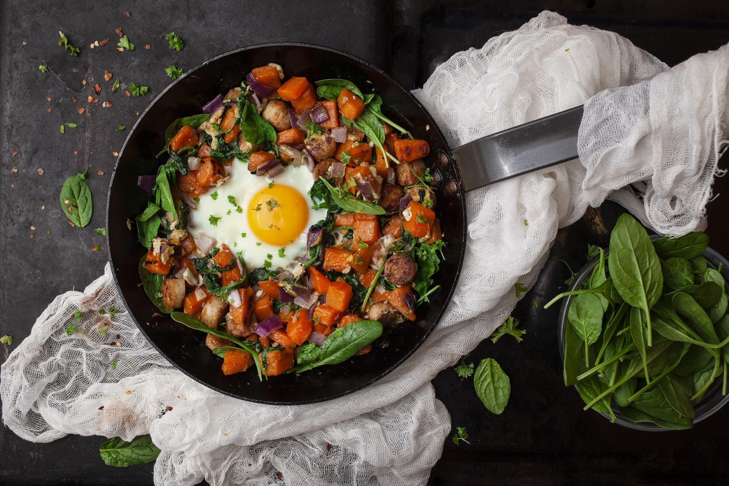 Biksemad af sødekartofler, pølser og æg