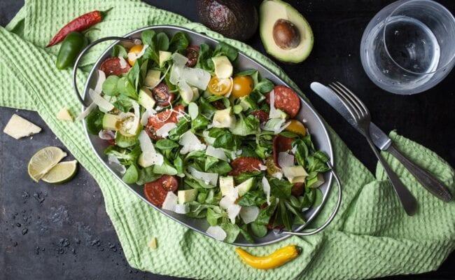 ketoliv-Salamisalat med parmesandrys-salami