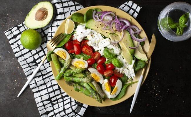 ketoliv-frisk-asparges-salat-med-hytteost