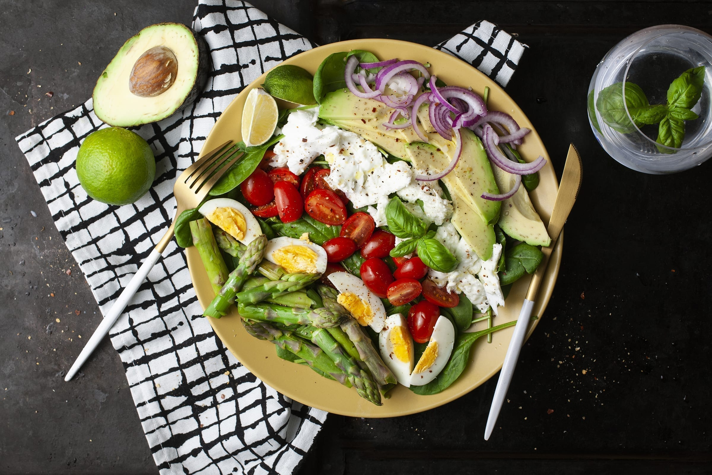 Frisk asparges salat med mozzarellastykker