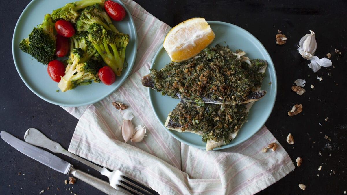 Kryddermarineret fisk med stegte grøntsager i hvidløg