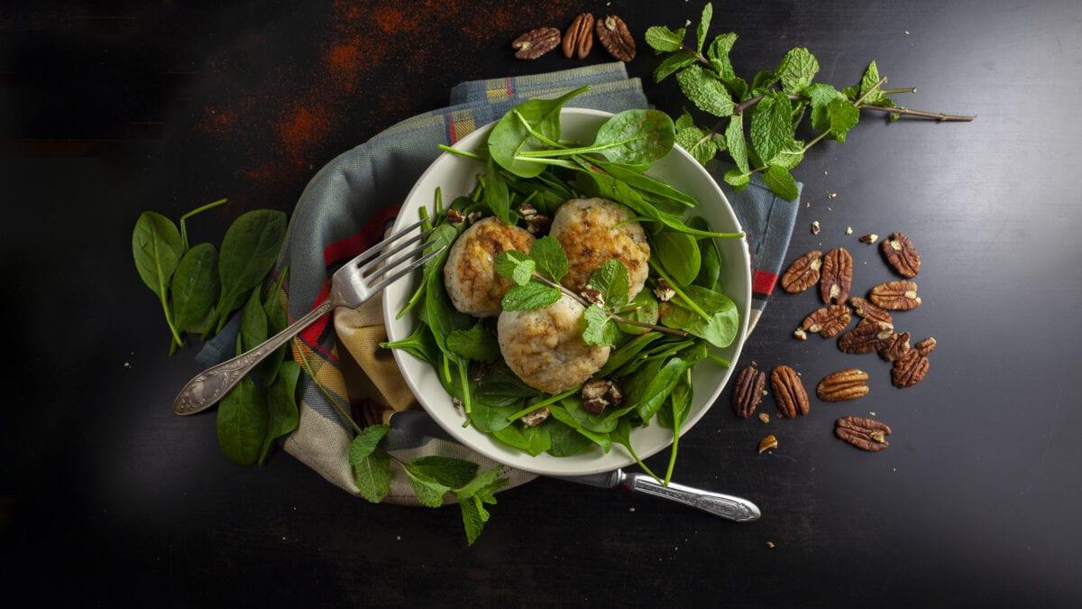 Syrlige og friske kyllingekødboller med en asiatisk salat og pekannødder