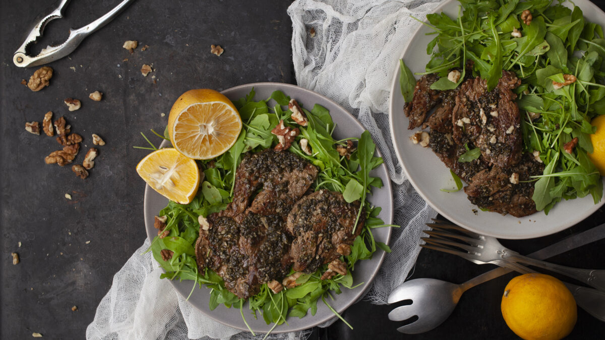 Lammesteaks på salatbund af mynte og citron