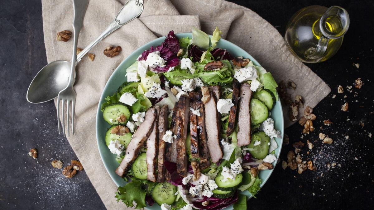Valnødde salat med grillet svinefilet