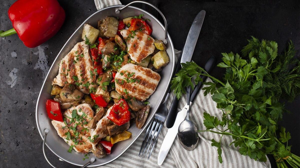 Simpel kylling med grøntsager og persilledip
