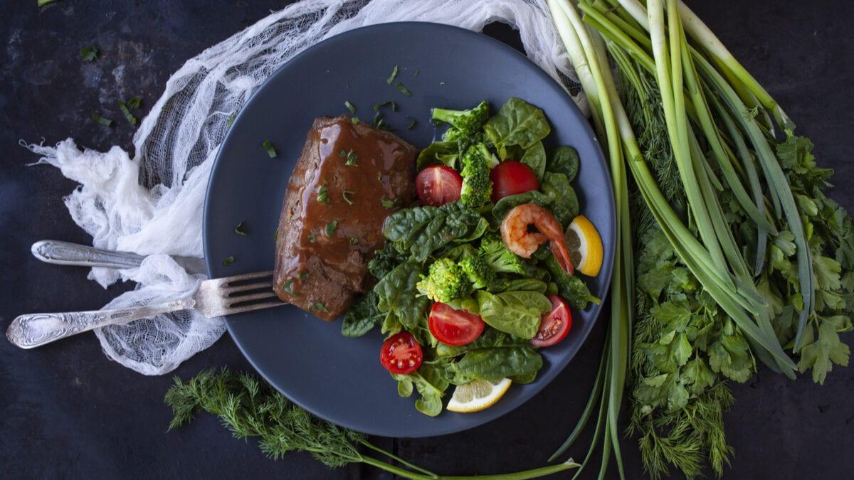 Tykstegsbøffer med broccolisalat toppet med rejer