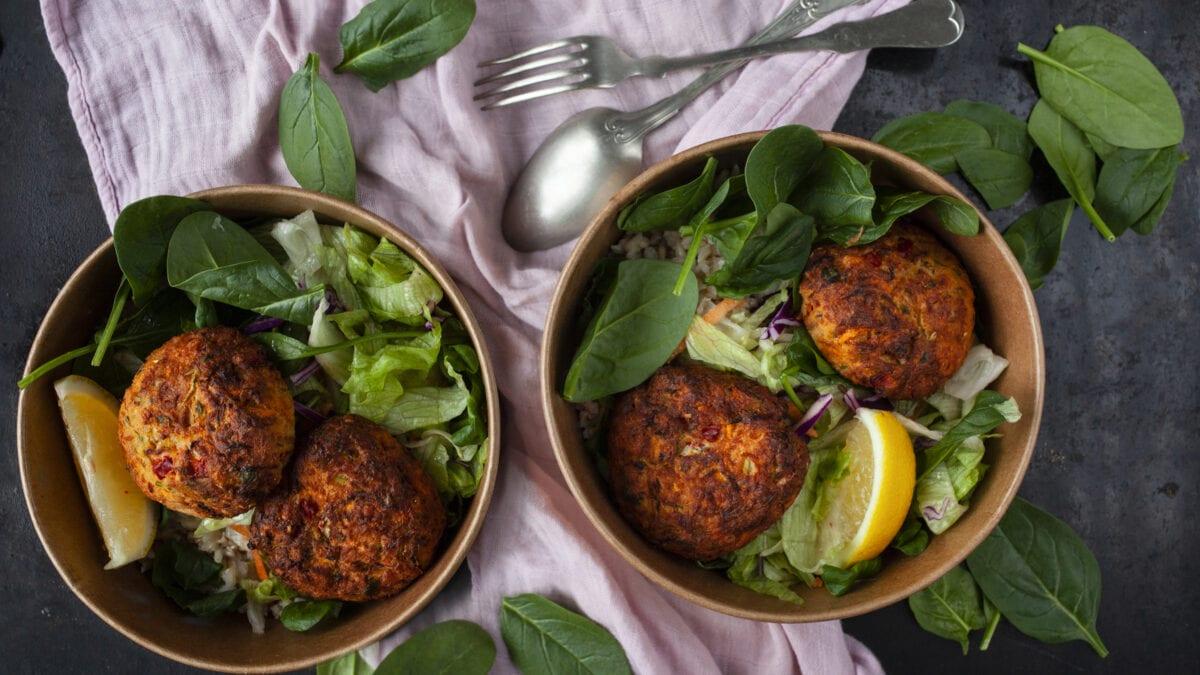Tun- og laksefrikadeller med salat og blomkålsris