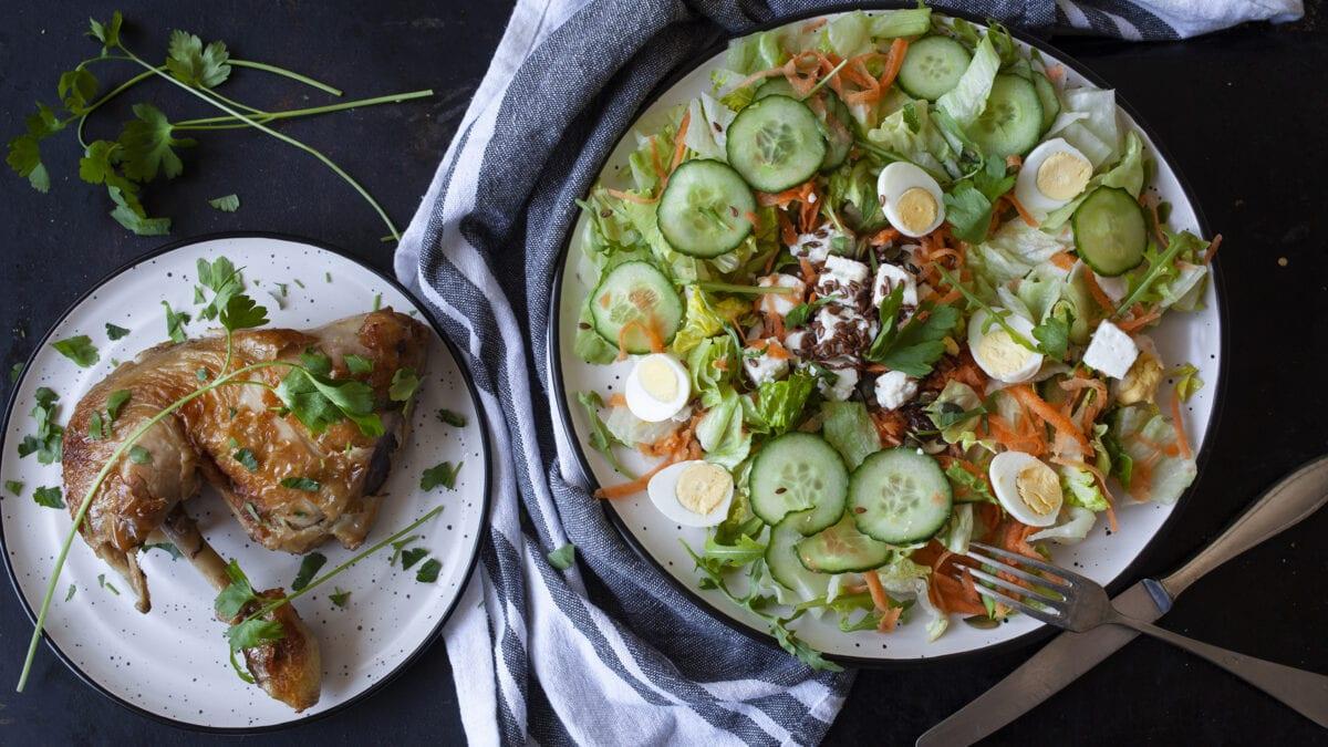 Andelår med fetasalat, toppet med tranebær og hampefrø