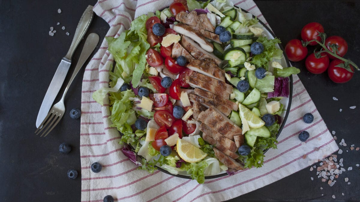 Krydret kyllingesalat med cheddartern og blåbær