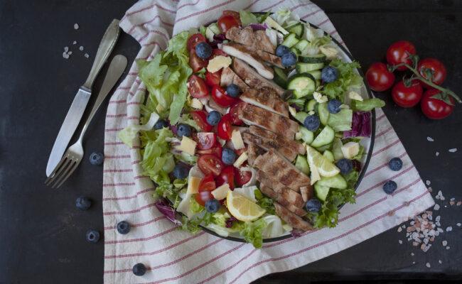 ketoliv Krydret kyllingesalat med cheddartern og blåbær overview
