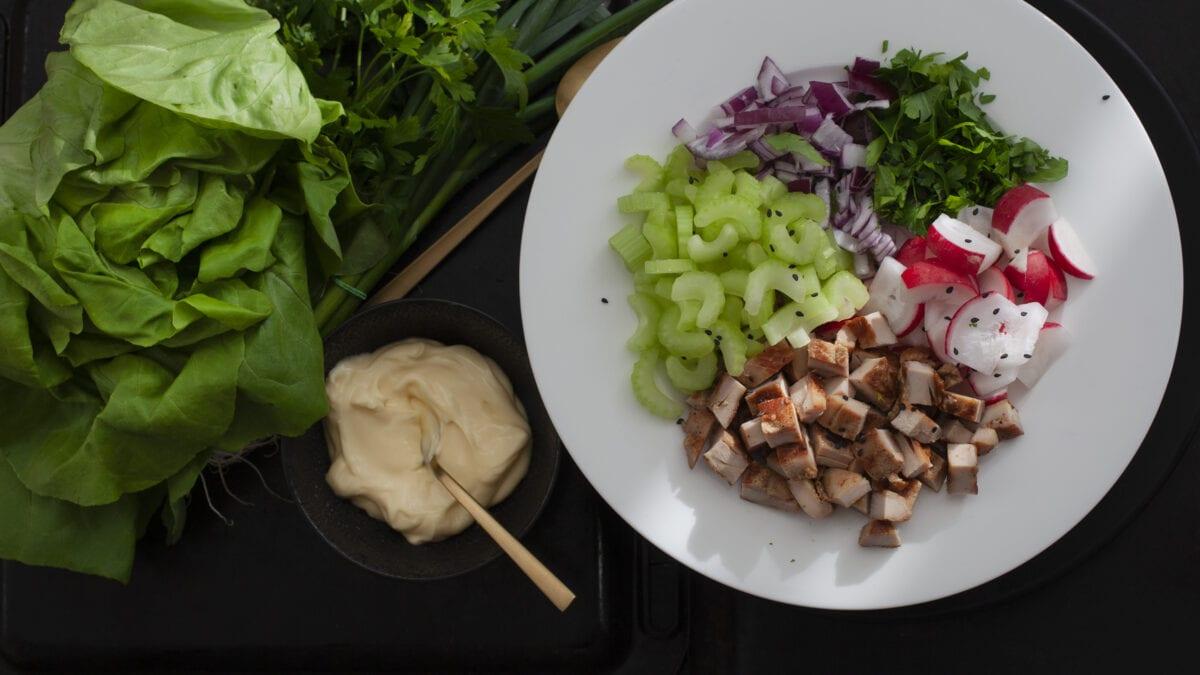 """Kyllingesalat a la """"tøm køleskabet"""" med hjemmelavede mayonnaise"""