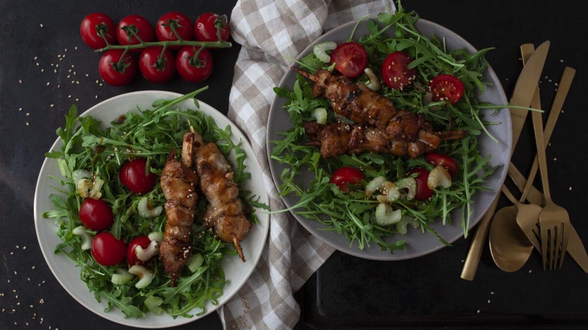 Marinede svinemørbrad på spyd på bund af frisk salat og broccoli