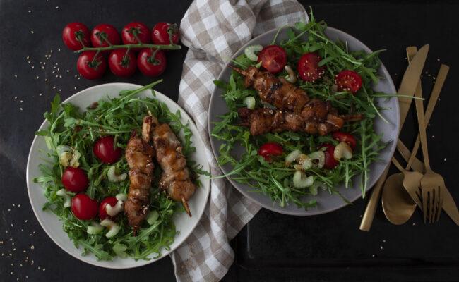 ketoliv Marinede svinemørbrad på spyd på bund af frisk salat og broccoli overview