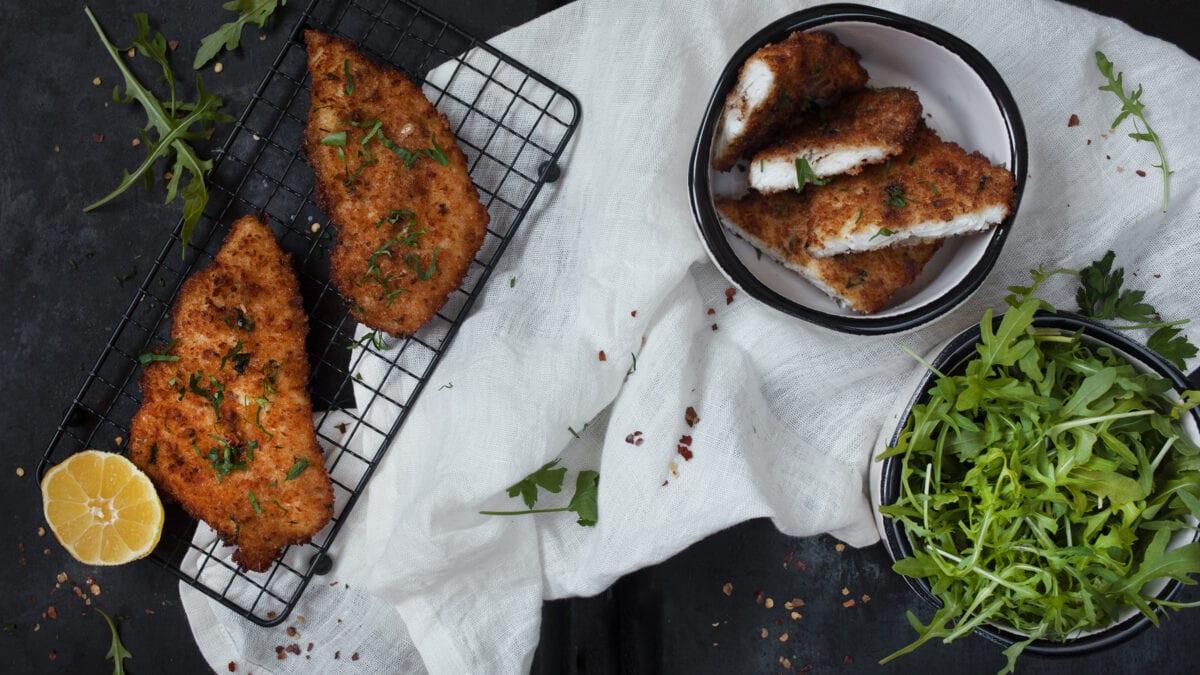 Paneret fisk med citron, salat og oliven tapenade