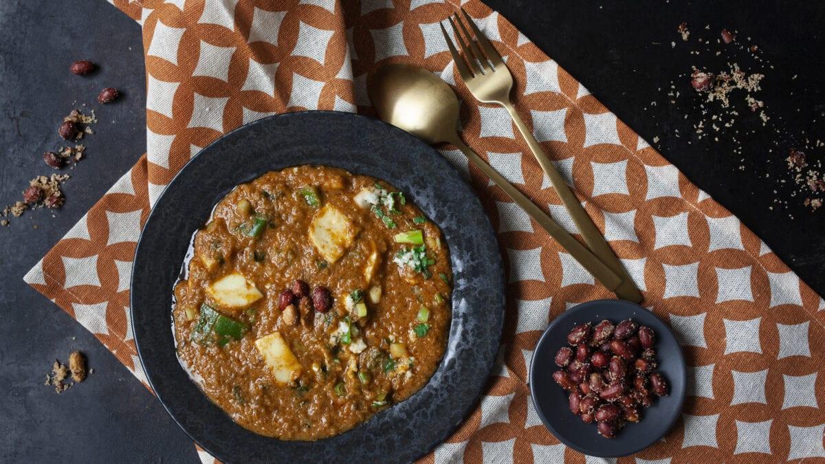 Cremet tikki masala toppet med feta og peanuts