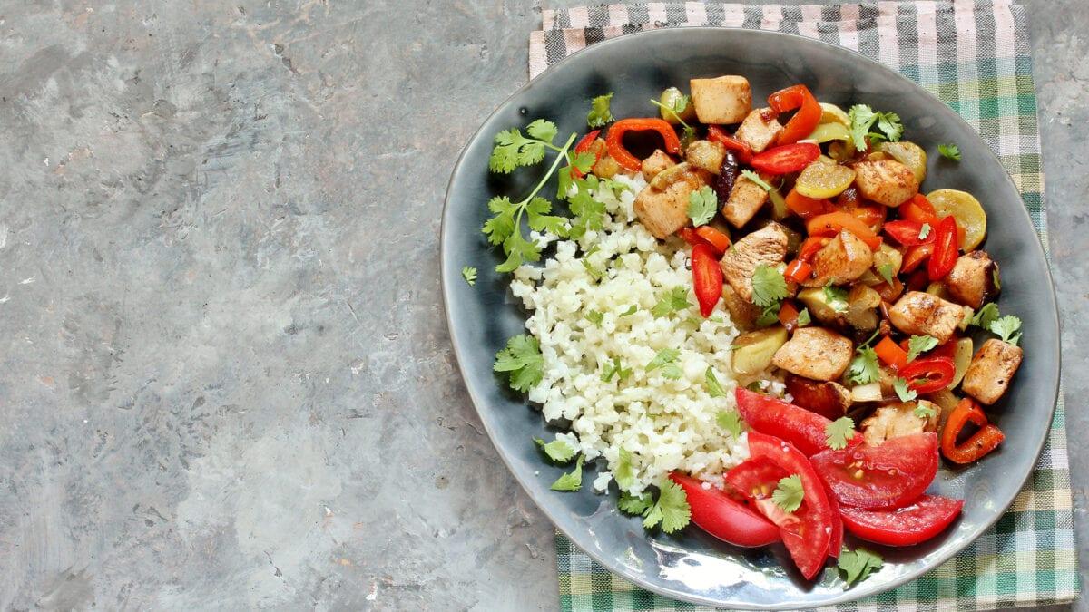 Grillet ratatouille og kylling med blomkålsris
