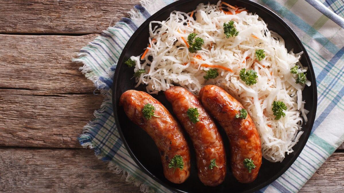Spicy coleslaw med grillpølser