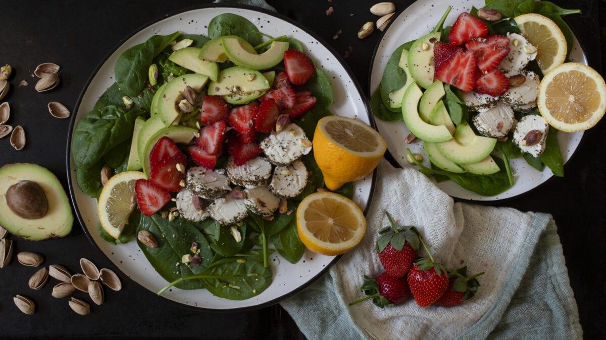 Let og sommerlig salat med jordbær, pistacienødder og gedeost