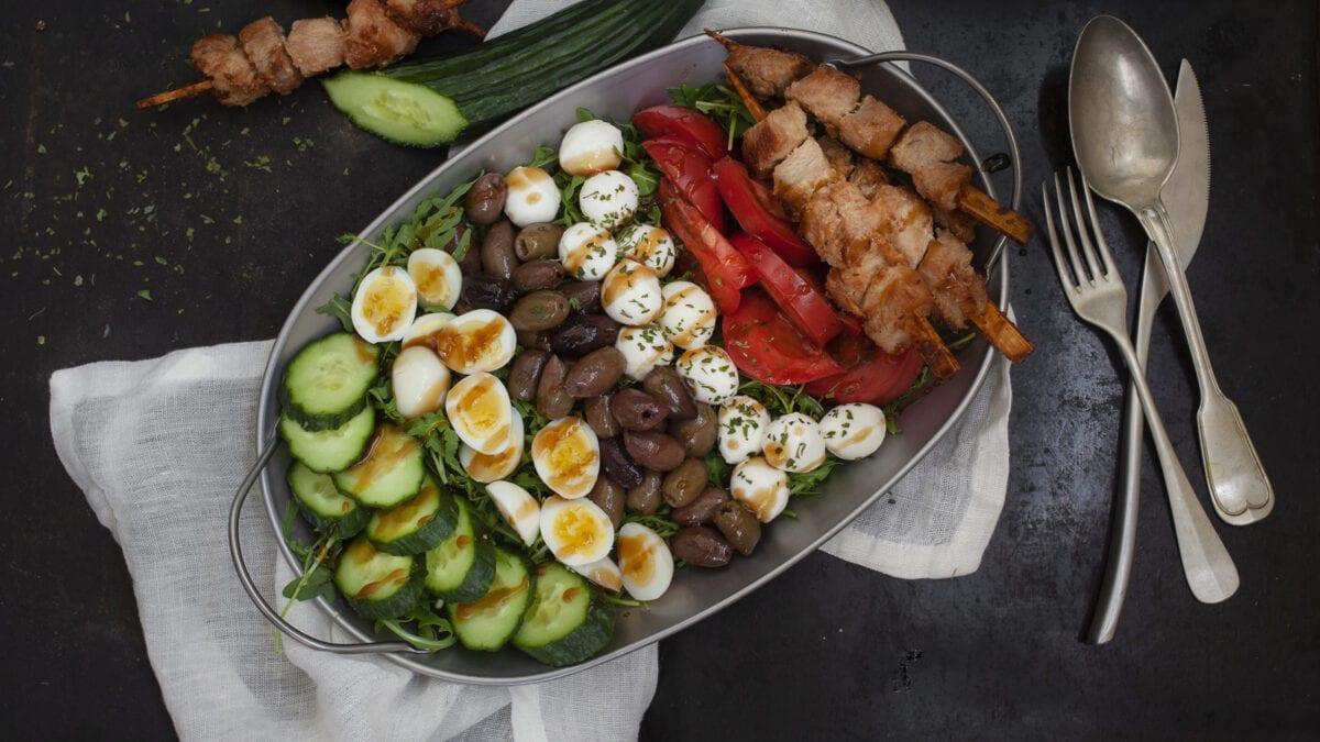 Sommerlig keto salat med kyllingespyd og mozzarella