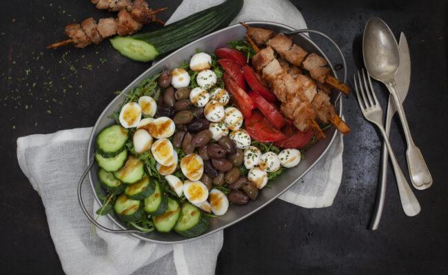 ketolivSommerlig keto salat med kyllingespyd og mozzarella overview