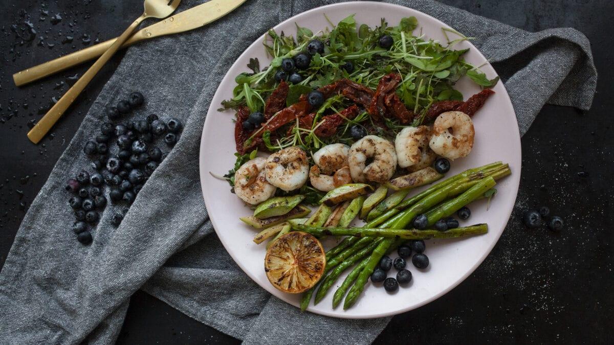 Grillet rejesalat med blåbær og grønt