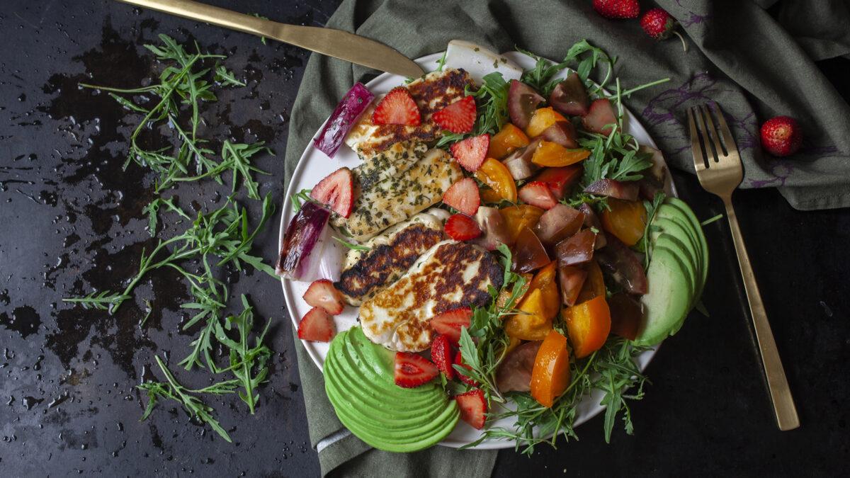 Grov og let halloumi og jordbær salat med en krydret dressing